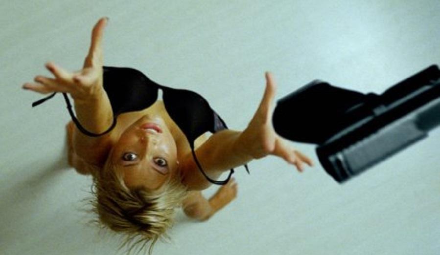 Christie Allen (Holly Valance) en una escena de lucha