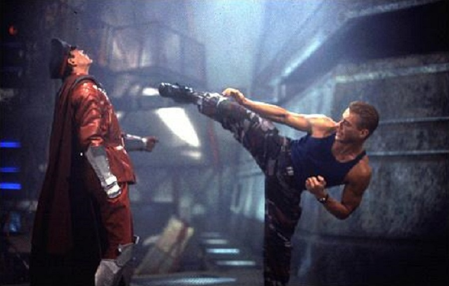 Guile (Van Damme) infringiendo castigo a Bison (Raul Juliá)