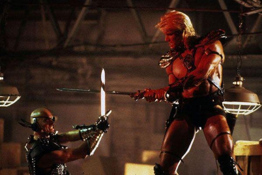 Dolph Lundren bronceado peleando con un secuaz de Skeletor